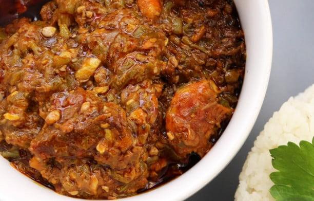 Comment faire le Soupou Kandia – La Sauce Sénégalaise au Gombo!