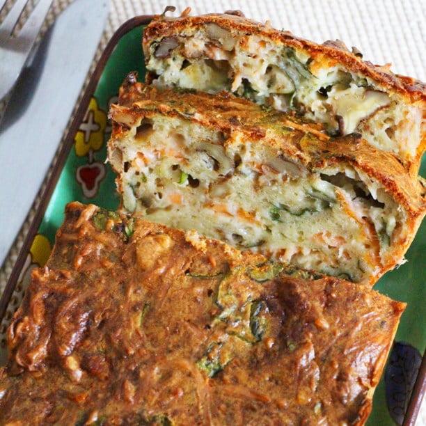 Cake salé au saumon, épinards et noix
