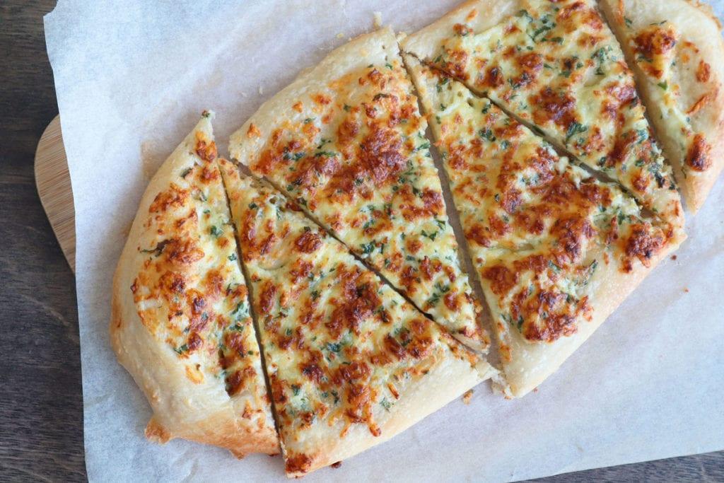 Pizza crousti-fondante au fromage, ail et persil